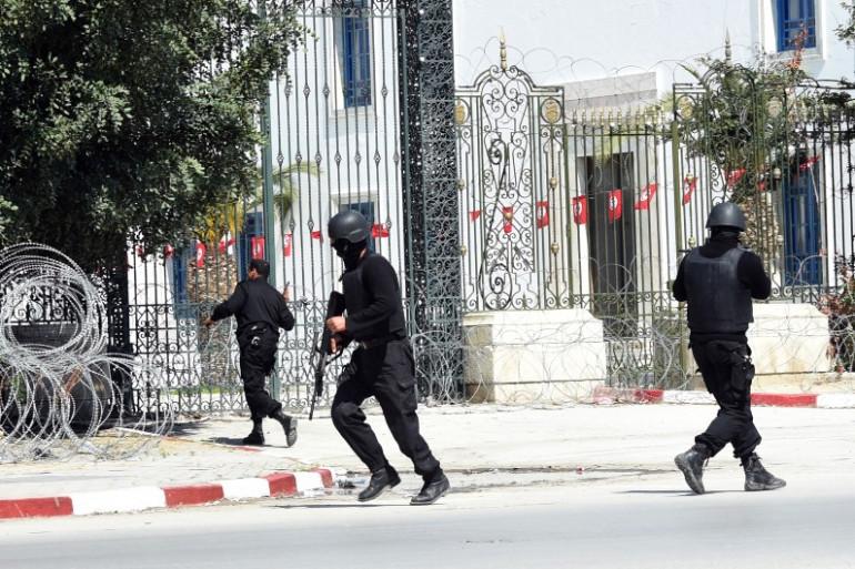 Les forces de sécurités tunisiennes devant le musée du Bardo à Tunis, le 18 mars 2015.