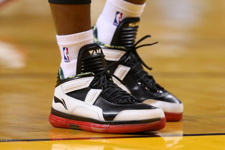 Une paire de chaussures de basket Li Ning