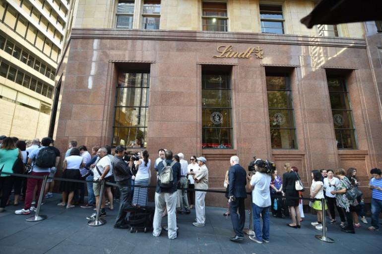 Une longue queue se forme devant le café où avait eu lieu une prise d'otage en décembre à Sydney.