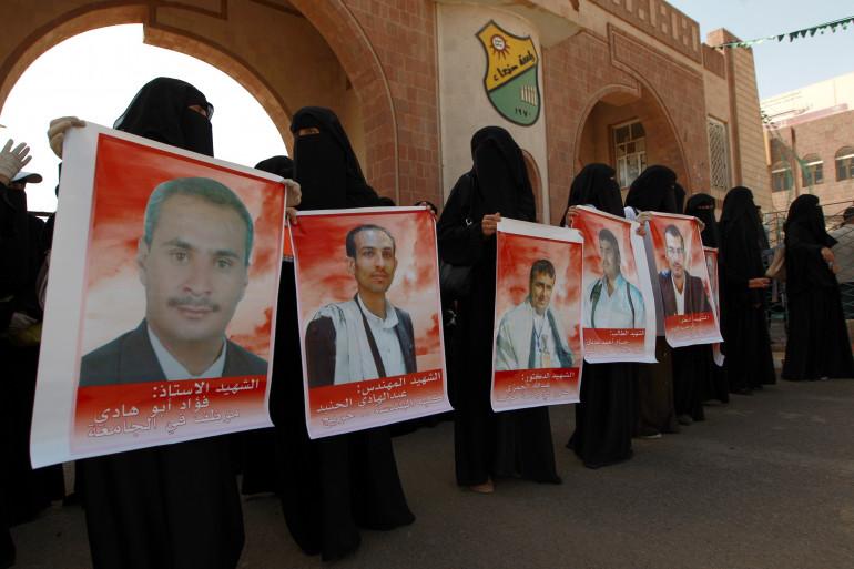 Des étudiantes yéménites montrent des portraits de victimes de l'attentat suicide qui a fait 142 morts à Sanaa.