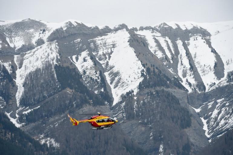 Un hélicoptère de la sécurité civile française, près des lieux du crash de l'A320 de Germanwings, le 24 mars 2015.