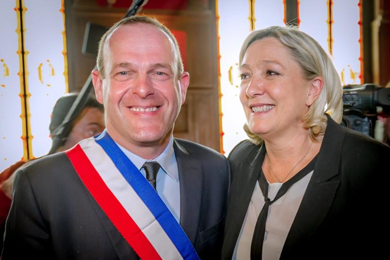 Steve Briois accompagné de Marine Le Pen, à la mairie d'Hénin-Beaumont, le 30 mars 2014 (archives).