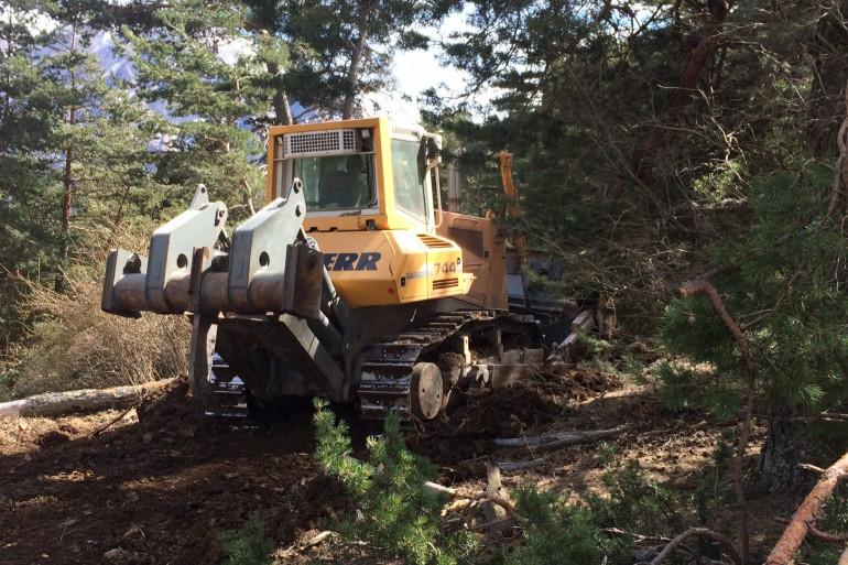 Des bulldozers sont utilisés pour avoir accès au site.