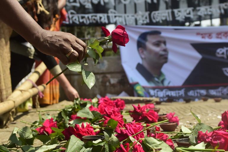 Des fleurs déposées sur les lieux du meurtre du premier blogueur, l'américain Avijit Roy, à Dacca, la 6 mars 2015 (archives).