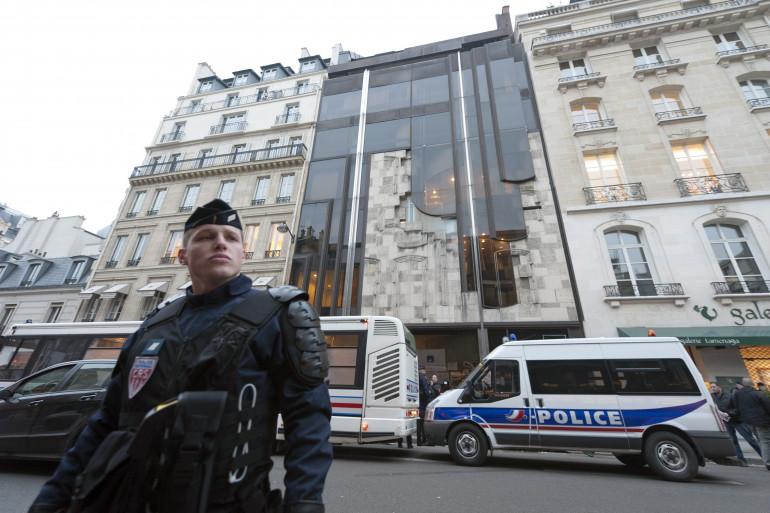 La police devant un bâtiment de la société Axa, en cours d'expulsion, à Paris, le 18 février 2011 (archives).