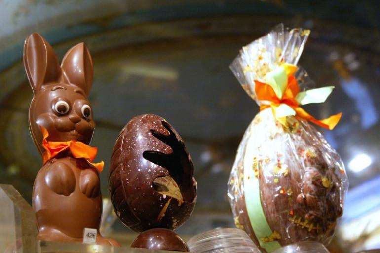 Un lapin et des oeufs en chocolat présentés dans la vitrine d'un chocolatier parisien