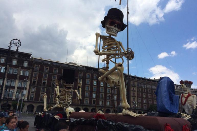 La place principale de Mexico a été transformée en décor de carnaval