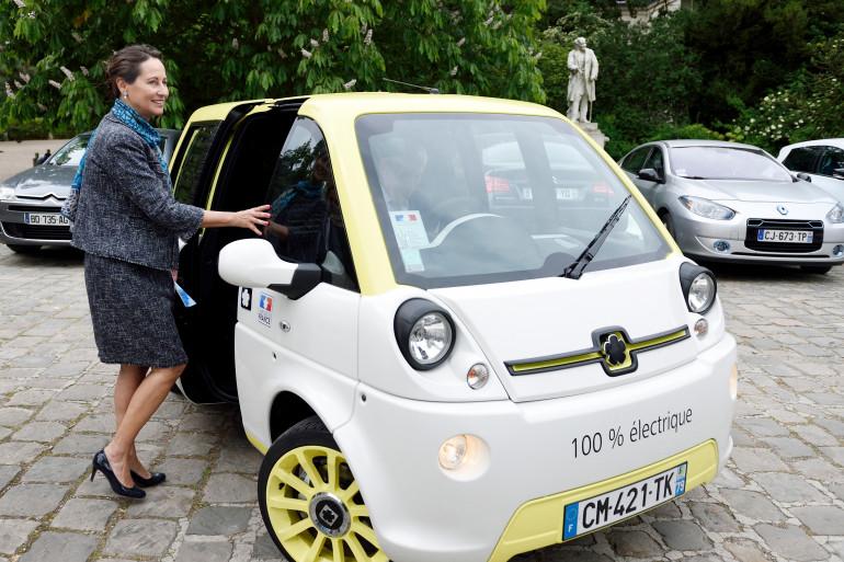 Ségolène Royal montant dans une voiture électrique, à Paris, le 20 mai 2014 (archives).