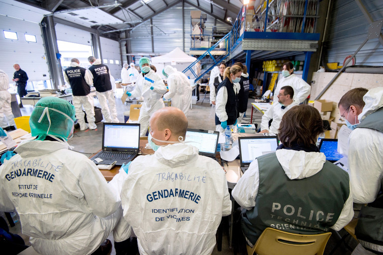Les experts médico-légaux de la gendarmerie française affiliés à l'identification des victimes, el 28 mars 2015.