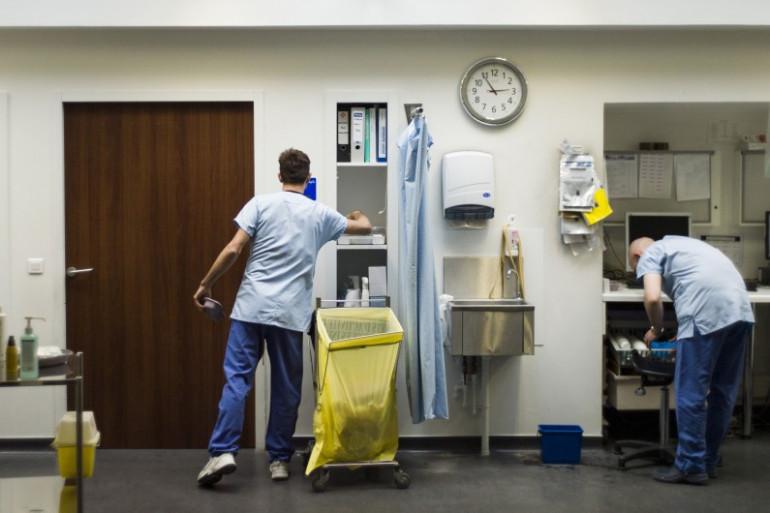 En tenant compte de l'inflation, les fonctionnaires hospitaliers ont vu leur salaire diminuer de -0,2% en 2013. (L'hôpital de l'Hôtel-Dieu à Paris, le 31 mai 2013 / Illustration).