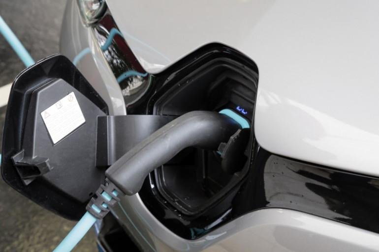 Une voiture électrique en charge. (Illustration)