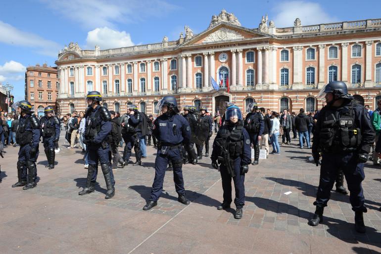 Des CRS en faction place du Capitole à Toulouse, en avril 2014