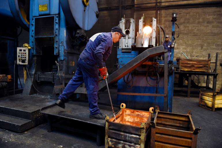 Un ouvrier de la forge Lebronze-Alloy à Trie-Château (Oise) le 3 avril 2015.
