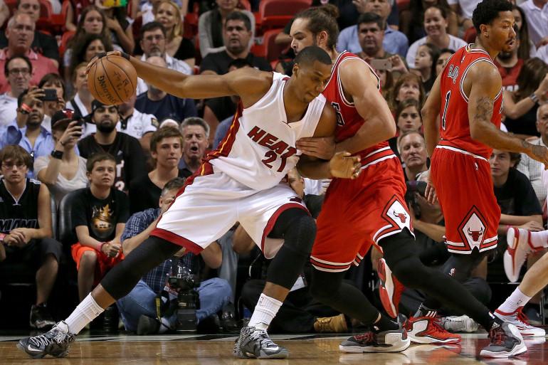 Hassan Whiteside, numéro 21 des Miami Heat, face à Joakim Noah, numéro 13 des Chicago Bulls, jeudi 9 avril à Miami.