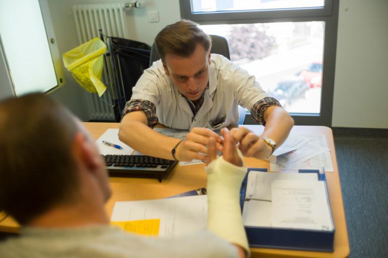 Un médecin ausculte un patient à l'hôpital d'Argenteuil le 19 juillet 2013 (illustration).