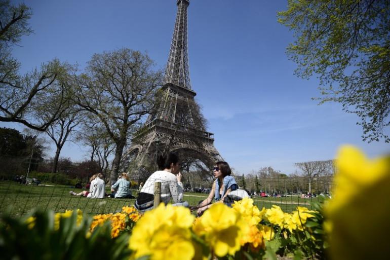 Les Parisiens profitent du soleil et des températures estivales (illustration)