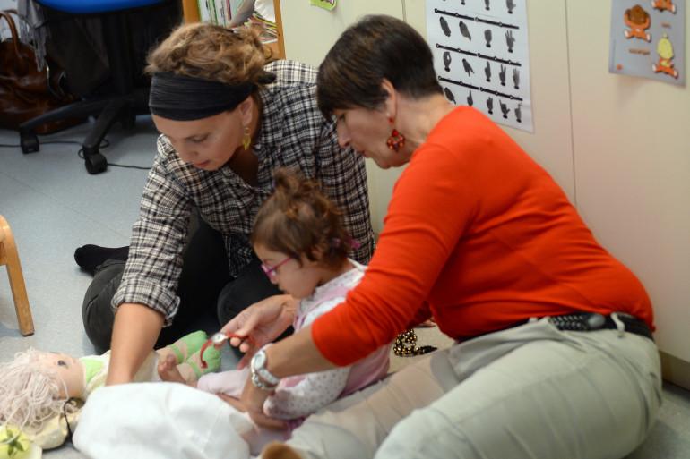 Des enseignantes du Centre d'action médico-sociale de Soyaux (Charente) lors d'une visite de François Hollande le 8 octobre 2014.