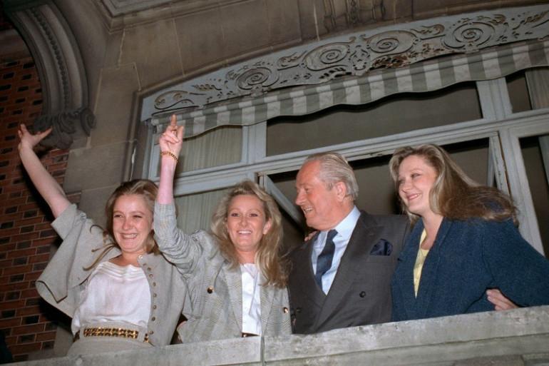 Jean-Marie Le Pen, entouré de ses trois filles, se réjouit le 24 avril 1988 au balcon de leur résidence à Saint-Cloud, près de Paris