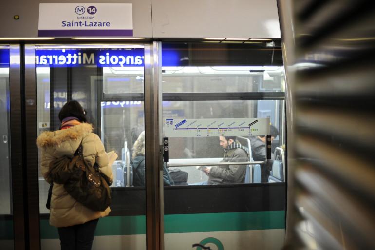 Une femme attend le métro à Paris (Illustration)
