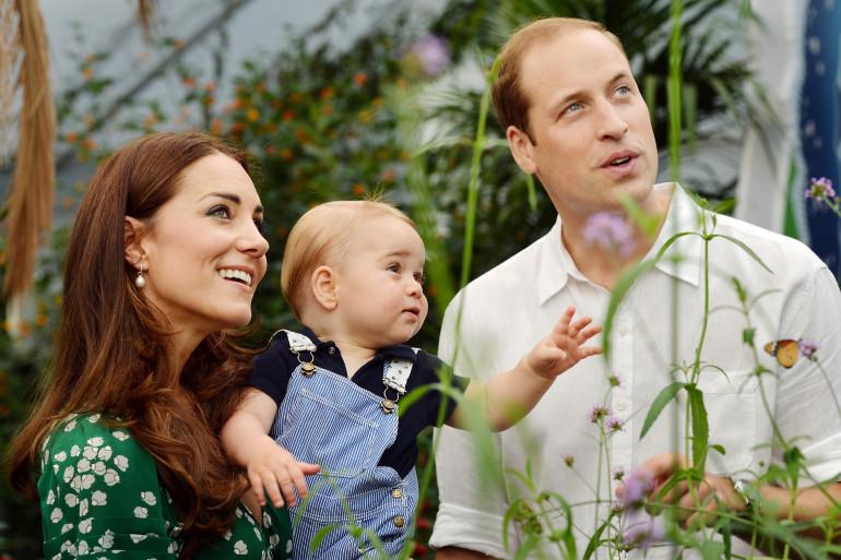 Georges De Cambridge est entouré par ses parents Kate et William.