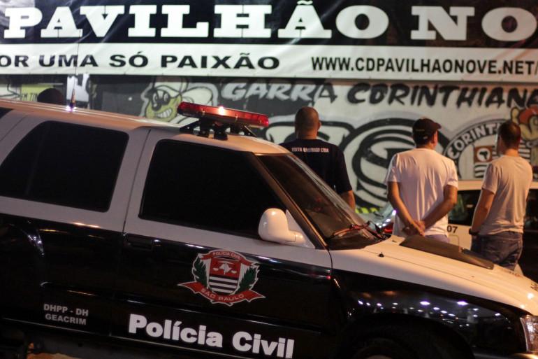 La police devant le siège des supporters des Corinthians