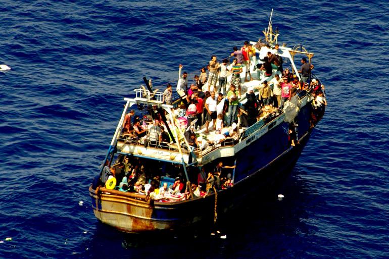 Un chalutier plein de migrants en méditerranée (illustration)