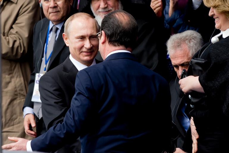 Vladimir Poutine et François Hollande se serrent la main, vendredi 24 avril, à Erevan en Arménie