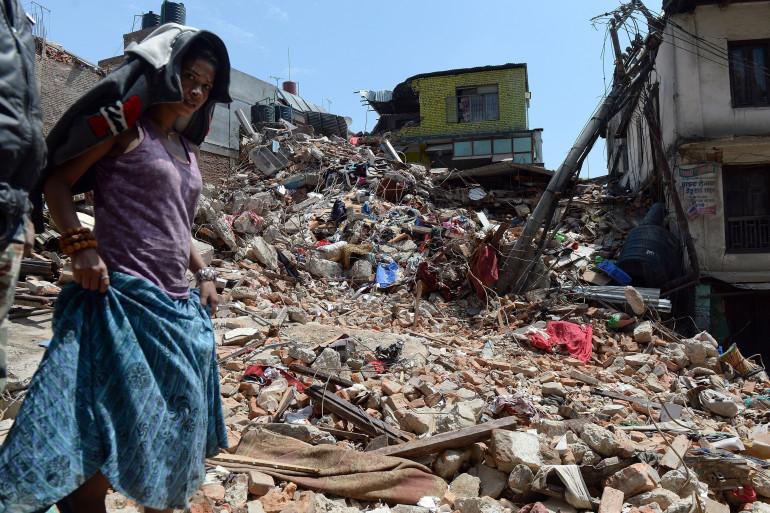 Une femme dans les débris d'une maison à Katmandu, dévasté après le séisme au Népal qui a tué au moins 3.200 personnes, le 27 avril 2015.
