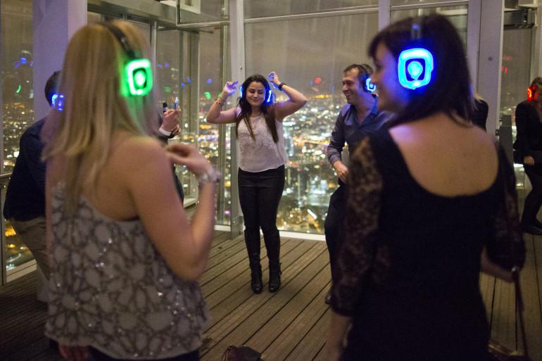 En Grande-Bretagne, des jeunes gens font la fête avec un casque sur les oreilles