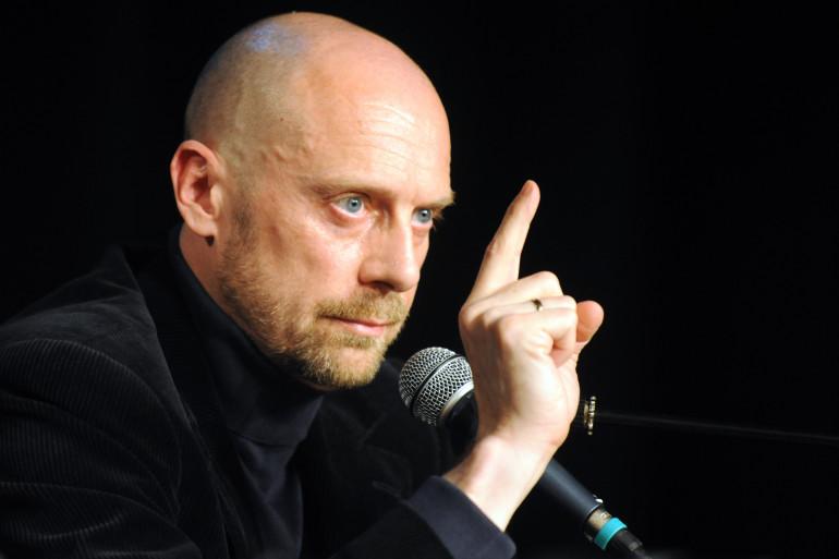 """L'écrivain Alain Soral lors d'une conférence de presse pour la liste """"anti-sioniste"""" conduite par Dieudonné pour les élections européennes, le 4 juin 2009 (archives)"""