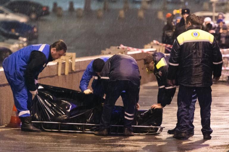 La police russe recouvre le corps de Boris Nemtsov à Moscou, le 28 février 2015