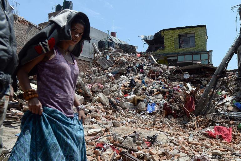 Une femme dans les débris d'une maison à Katmandu, dévasté après le séisme au Népal qui a tué au moins 6.204 personnes, le 27 avril 2015.