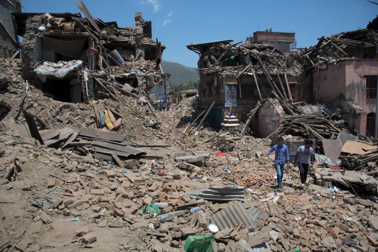 Des Népalais dans les décombres à Sankhu, dans la vallée de Katmandou, le 3 mai 2015.