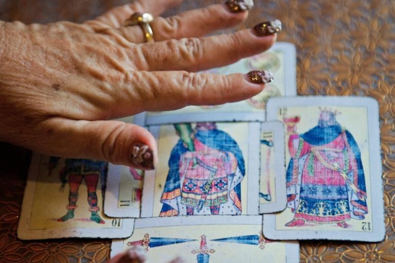 Une voyante face à son jeu de tarot (illustration)
