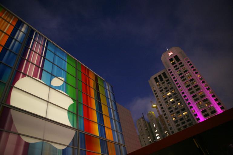 Le logo d'Apple sur la façade d'une musée à San Francisco en 2012