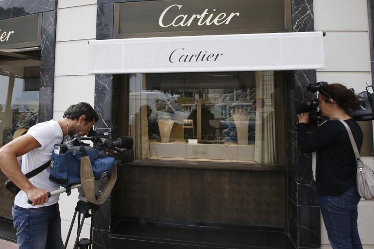 des équipes de télévisions devant la boutique Cartier de la Croisette de Cannes, le 5 mai 2015