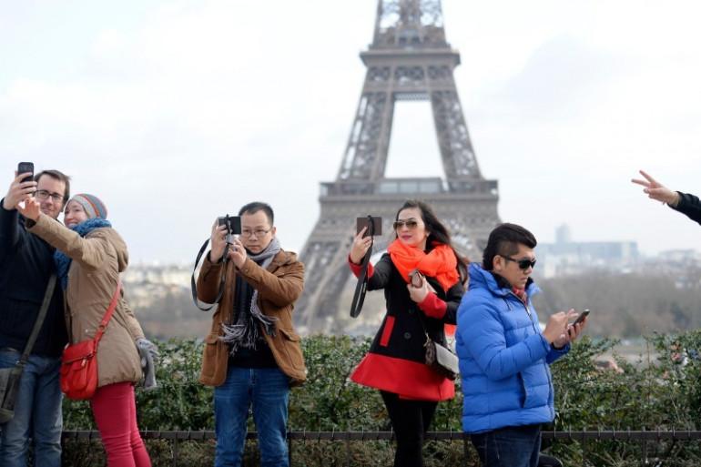 Des touristes sur l'esplanade du Trocadéro en février 2015