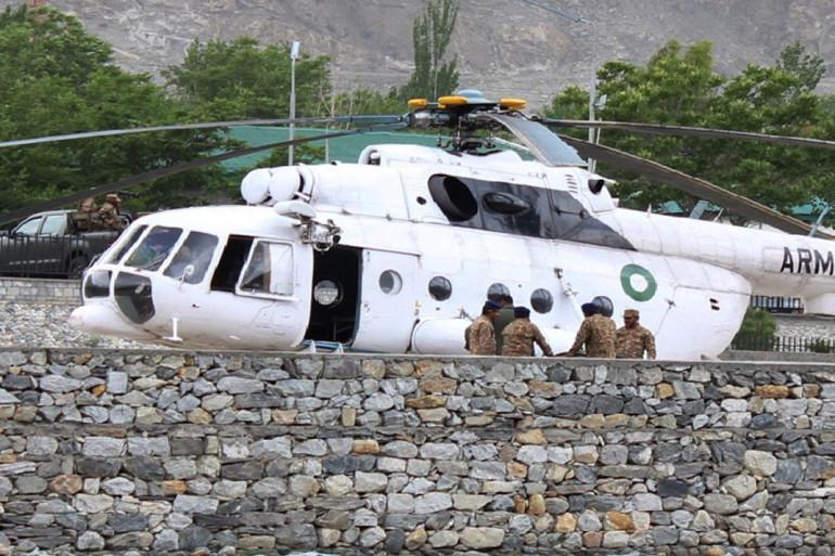 Un hélicoptère militaire amène des victimes à l'hôpital de Gilgit au Pakistan le 8 mai 2015