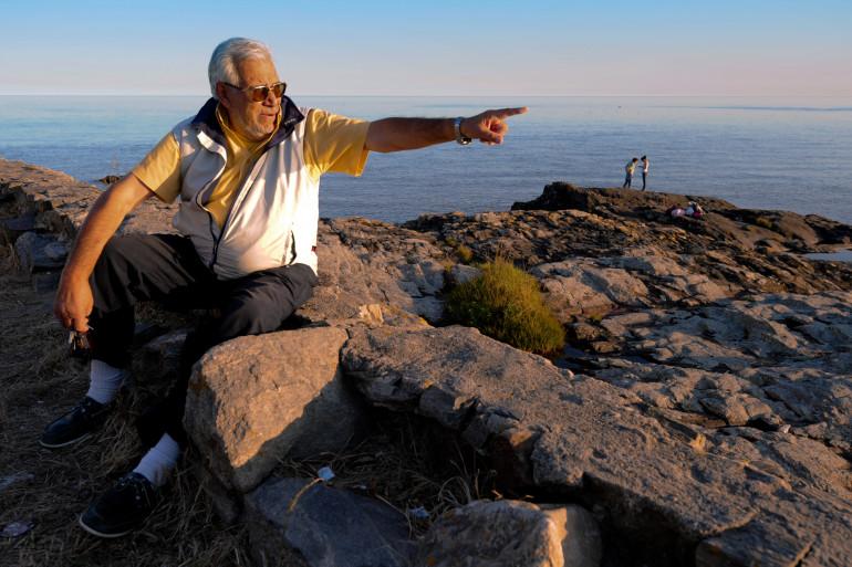 Le chasseur de trésors Ruben Collado pointe en direction du navire coulé au large de Montevideo