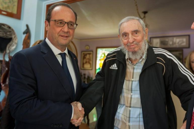 Le président français François Hollande posant avec le leader historique cubain Fidel Castro lors d'une réunion à La Havane le 11 mai 2015