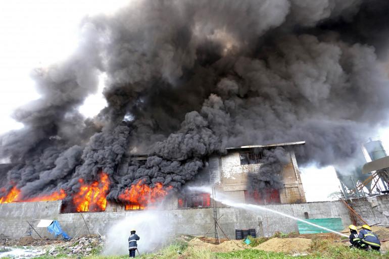Une usine de chaussures à Manille a pris feu le 13 mai 2015.