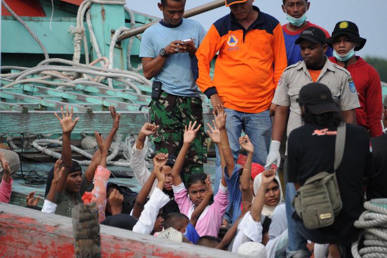 Un groupe de migrants, dans le port d'Aceh, en Indonésie