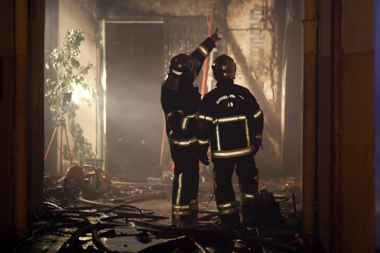 Des pompiers interviennent dans un immeuble en feu (illustration)