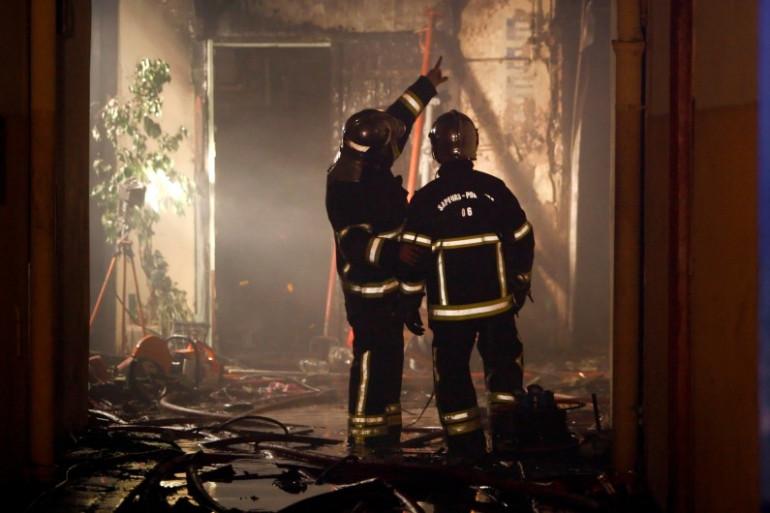Des pompiers interviennent dans un immeuble en feu dans le centre-ville de Nice (image d'illustration)