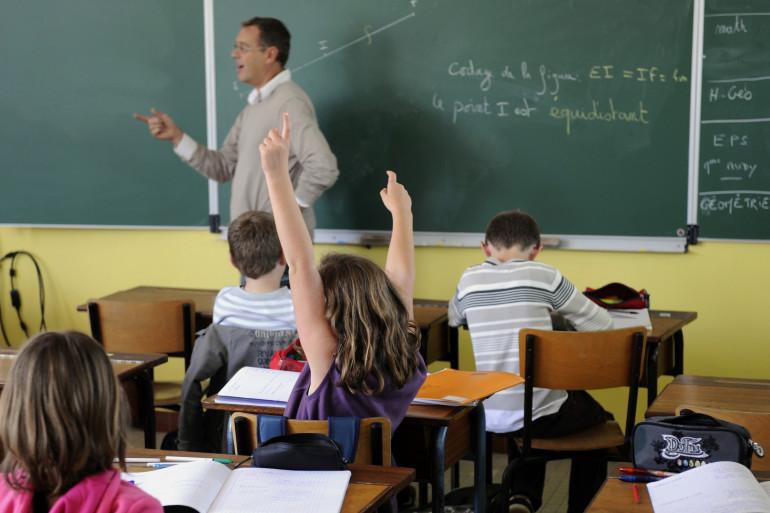 Un professeur du collège d'enseignement privé de Tinténiac, près de Rennes, dispense son cours à des élèves le 23 septembre 2011