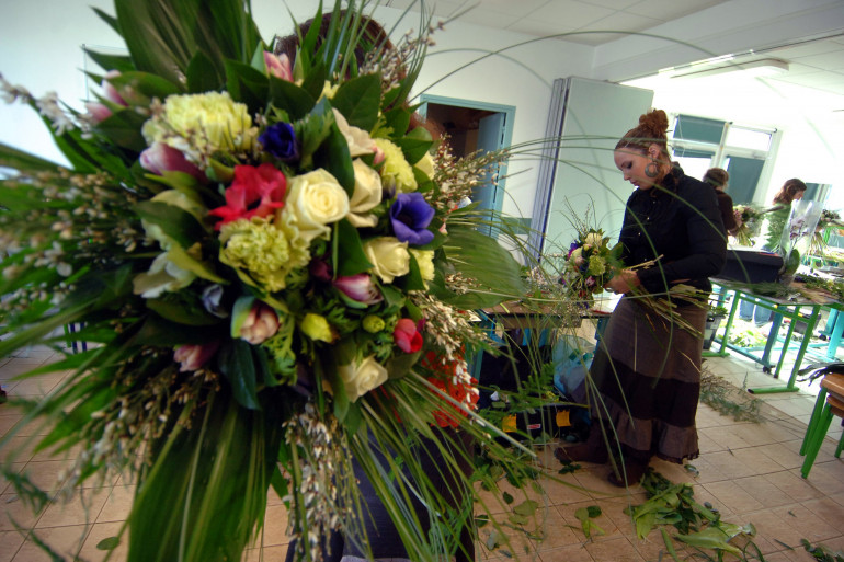 Une jeune femme se forme au métier de fleuriste le 07 février 2007 au Centre de Formation d'Apprentis des Chambres de Commerce et d'Industrie de Caen (Image d'archive)