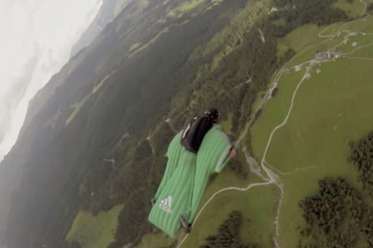 """Dean Potter saute en wingsuit avec son chien sur le dos (extrait de son documentaire """"When dogs fly"""")"""