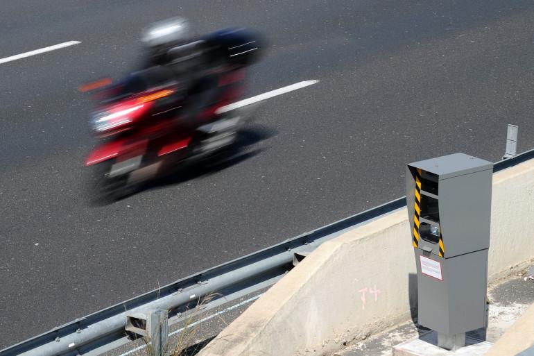 Une moto à hauteur d'un radar automoatique (illustration)