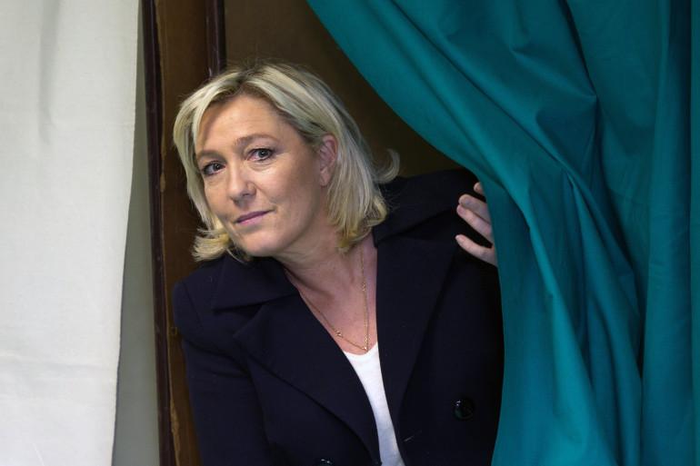 Marine Le Pen fait à la sortie d'un isoloir (illustration)