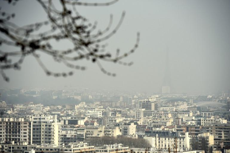 La Tour Eiffel cachée dans le nuage de pollution, le 18 mars 2015 à Paris